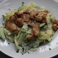 Caesar salát s kuřecím masem akrutony