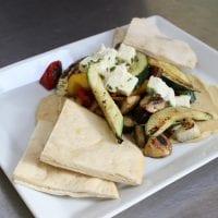 Grilovaná zelenina s hummusem, pita chlebem a balkánským sýrem