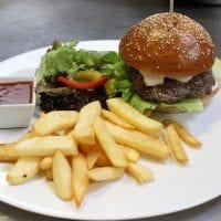Hovězí burger s BBQ a hranolky