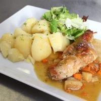 Králík na kořenové zelenině s vařeným bramborem