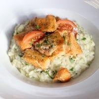 Krémové risotto se pstruhem lososovitým a bazalkovým pestem