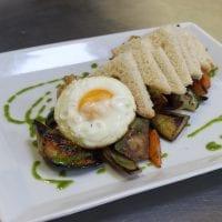 grilovaná zelenina se sázeným vejcem, pestem a toastem